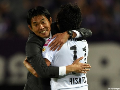 YOKOHAMA, JAPAN - APRIL 29:  (EDITORIAL USE ONLY) Hisato Sato (R) of Sanfrecce Hiroshima celebrates scoring his team's second goal with head coach Hajime Moriyasu during the J.League match between Yokohama F.Marinos and Sanfrecce Hiroshima at Nissan Stadium on April 29, 2015 in Yokohama, Kanagawa, Japan.  (Photo by Etsuo Hara/Getty Images)